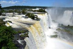 Spektakulär sikt av de Iguazu vattenfallen Arkivfoton