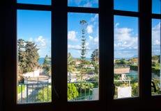 Spektakulär sikt av den italienska naturen i by till och med fönstret Arkivfoto
