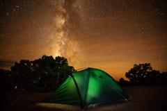 Spektakulär sikt av natthimlen i en av den mest dakest vännen för natt Arkivfoton