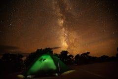 Spektakulär sikt av natthimlen i en av den mest dakest vännen för natt Royaltyfri Fotografi