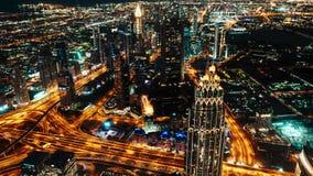 Spektakulär sikt av nattstaden av Dubai, UAE Många nattljus och belysningar i den ultra moderna metropolisen arkivfilmer