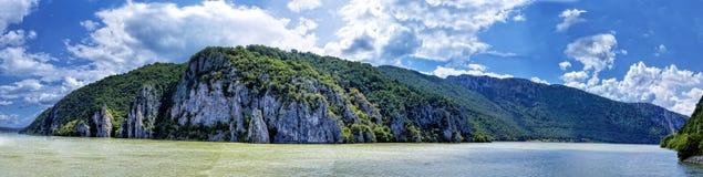 Spektakulär sikt av steniga berg för Danube River flödande ho Royaltyfria Bilder