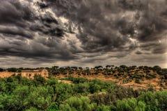 Spektakulär sikt på kullen och grönskan med mörker, dramatiska stormiga moln i Segovia, Spanien fotografering för bildbyråer