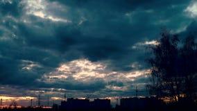 Spektakulär solnedgång över stad dramatisk sky arkivfilmer