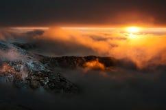 Spektakulär solnedgång i Carpathians berg royaltyfri foto
