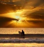 Spektakulär solnedgång med surfaren Royaltyfri Bild