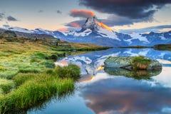 Spektakulär soluppgång med det Matterhorn maximumet och Stellisee sjön, Valais, Schweiz arkivfoton
