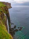 Spektakulär vattenfall in i havet fotografering för bildbyråer