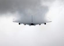 Spektakulär vingkondensation av en flygbuss A380 Arkivbilder
