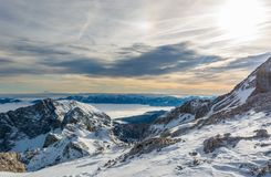 Spektakulär vinterbergpanorama med maxima som täckas med tidig snö arkivbild