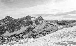 Spektakulär vinterbergpanorama med maxima som täckas med tidig snö royaltyfria foton