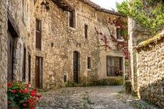 Spektakulära antika traditionella stenfransmanhus i Perouges, Frankrike Fotografering för Bildbyråer