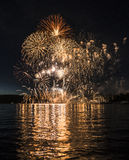 Spektakulära fyrverkerier över sjön fotografering för bildbyråer