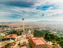 Spektakulära sikter av Barcelona från monteringen Tibidabo royaltyfri fotografi