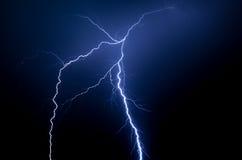 Spektakulärt blått blixtslag i natten royaltyfri bild
