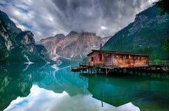 Spektakulärt romantiskt ställe med typiska träfartyg på den alpina sjön & x28; Lago di Braies& x29; Braies sjö Arkivbilder
