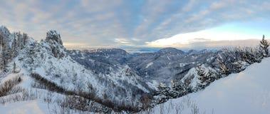 Spektakulärt vinterberglandskap exponerat av inställningssolen fotografering för bildbyråer