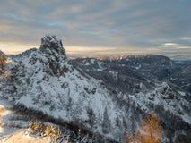 Spektakulärt vinterberglandskap exponerat av inställningssolen arkivbilder