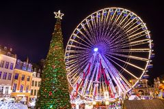 Spektakularna choinka i carousel w zadziwiać Bruges Belgia zdjęcia stock