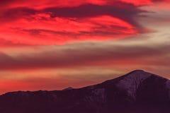 Spektakularna czerwieni chmura nad góry obraz royalty free
