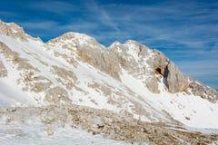 Spektakularnej zimy halna panorama z szczytami zakrywającymi z wczesnym śniegiem obraz royalty free