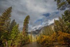 Spektakularni widoki Yosemite park narodowy w jesieni, Calif Zdjęcia Stock