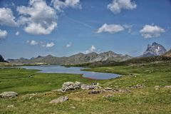 Spektakularny jezioro krajobraz w Pirineos górach obrazy royalty free