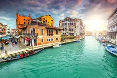 Spektakularny kanał z rynkami, sklepy, gondole w Wenecja, Włochy, Europa obraz royalty free
