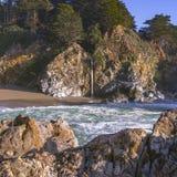 Spektakularny McWay Spada w big sur Kalifornia obraz stock