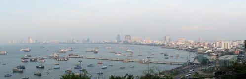 Spektakularny morze przed schronieniem, Pattaya nowożytny miasto w smogu od scenicznego punktu podczas zmierzchu czasu Obrazy Royalty Free