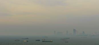 Spektakularny morze przed schronieniem, Pattaya nowożytny miasto w smogu od scenicznego punktu podczas zmierzchu czasu Zdjęcia Royalty Free