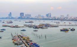 Spektakularny morze przed schronieniem, Pattaya nowożytny miasto w smogu od scenicznego punktu podczas zmierzchu czasu Obraz Stock