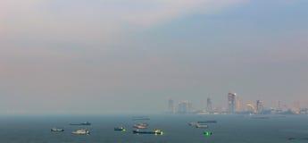 Spektakularny morze przed schronieniem, Pattaya nowożytny miasto w smogu od scenicznego punktu podczas zmierzchu czasu Obrazy Stock