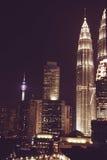 Spektakularny nocy miasta widok Kuala Lumpur sławni drapacze chmur, Malezja Biznesowa metropolia nowoczesne budynku biura Luksuso Obraz Stock