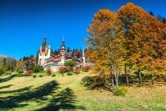 Spektakularny ornamentacyjny ogród i królewski kasztel, Peles, Sinaia, Transylvania, Rumunia, Europa obrazy royalty free