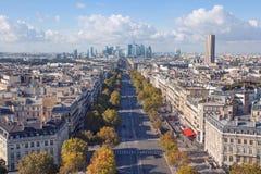 Spektakularny Paryjski pejzaż miejski przegapia przestronną aleję i f Zdjęcia Stock