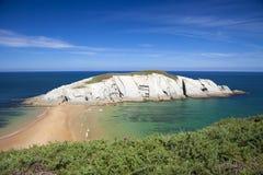 Spektakularny plażowy Playa De Los Covachos, Cantabria obrazy stock