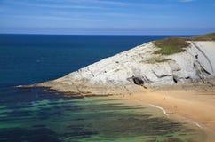 Spektakularny plażowy Playa De Los Covachos, Cantabria obraz stock