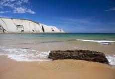 Spektakularny plażowy Playa De Los Covachos, Cantabria obrazy royalty free