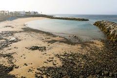 Spektakularny pusta plaża z piaska i czerni kamieniami przy wschodem słońca, Playa flaminga plaża, Lanzarote powulkaniczna wyspa, obrazy stock