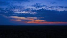 Spektakularny timelapse zmierzch nad lasowy Powietrzny hyperlapse zbiory