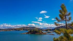 Spektakularny widok Aoos sztuczny jezioro w Epirus, Grecja Fotografia Stock