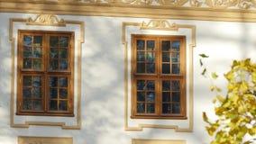 Spektakularny widok beżu domu fasada z dwa dużymi okno z drewnianymi ramami zbiory wideo