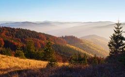 Spektakularny widok wzgórza zakrywający w czerwieni dymiący pasmo górskie Zdjęcie Stock