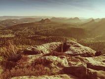 Spektakularny widok z lotu ptaka górkowate sylwetki i mgliste doliny Fotografia Royalty Free
