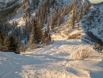 Spektakularny zimy góry krajobraz iluminujący położenia słońcem zdjęcia royalty free