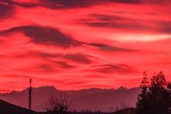 Spektakularny zmierzch nad górami maluje niebo pomarańcze zdjęcie stock