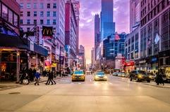 Spektakularny zmierzch przy lower manhattan ruchem drogowym przy zmierzchem w NYC, usa fotografia royalty free