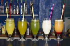 Spektrum von farbigen Getränken lizenzfreies stockfoto