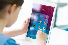 Spel apps op de Lucht van Apple iPad stock foto